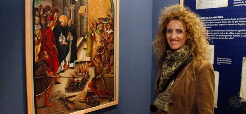 Cristina Carpintero junto a su obra