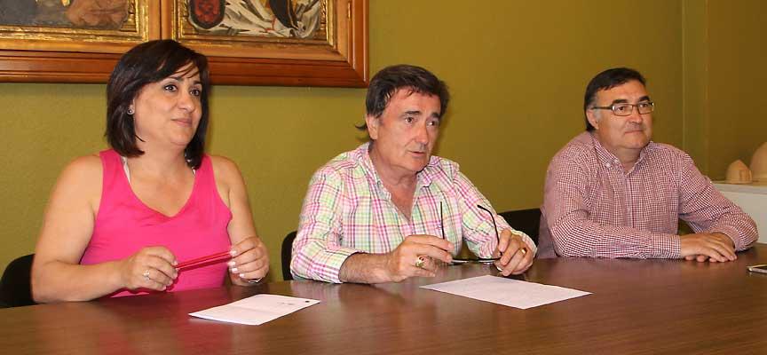 El alcalde junto a los ediles de Turismo y Patrimonio.