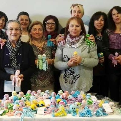 Las tejedoras de `La Cuesta-El Salvador´ realizan pulpitos solidarios para bebes neonatos