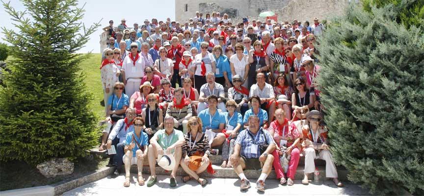 Participantes en el encuentro junto al Castillo de la villa.