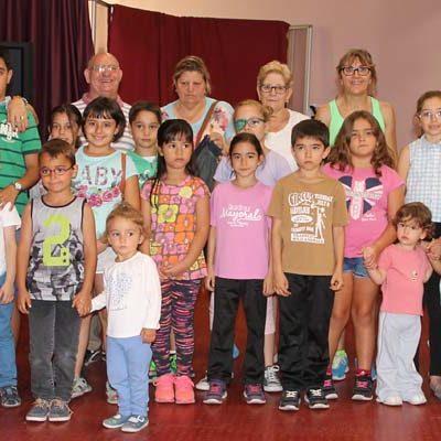 Niños y mayores comparten experiencias en los talleres intergeneracionales del Centro de Día