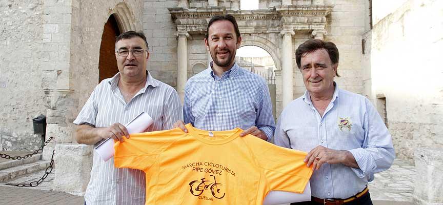 Pipe Gómez tras la presentación junto al alcalde de la villa y el concejal de Deportes.