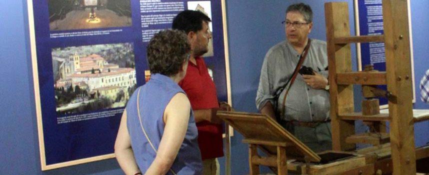 La exposición sobre el Sinodal y la primera imprenta recibió la visita de unos hispanistas canadienses