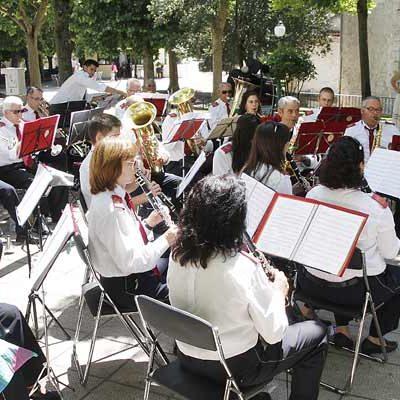 La Banda de Nava de la Asunción amenizó la hora del aperitivo en los Paseos de San Francisco