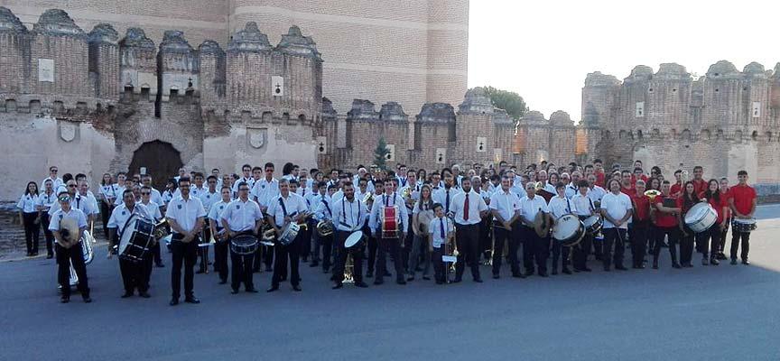 Bandas participantes ante el Castillo de Coca.