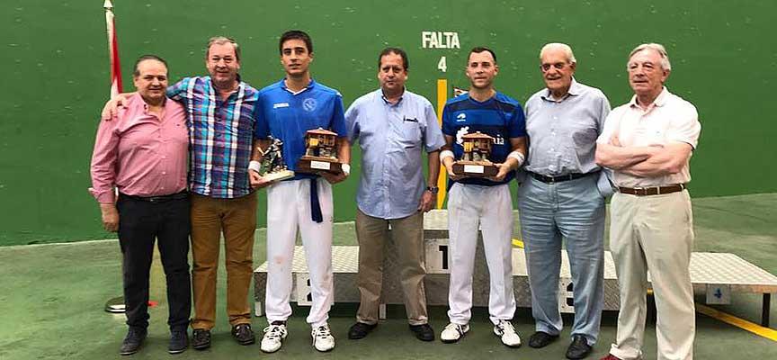 Carlos Baeza (tercero izquierda) y Skufca en la entrega de premios de la Semana Internacional de Pelota de Gijón.