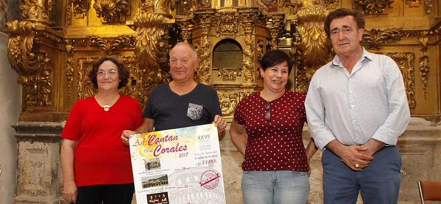 Junta directiva de la Coral Cuellarana y el alcalde de Cuéllar (derecha) durante la presentación de las jornadas Así Cantan las Corales.