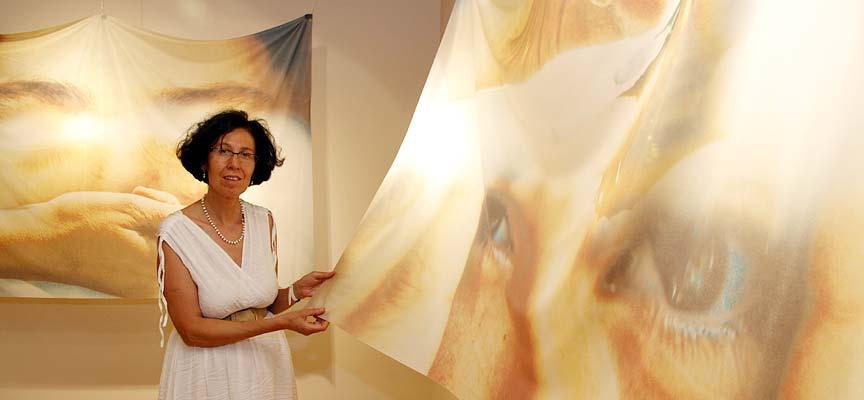 La fotógrafa María José Gómez muestra una de sus obras en el centro cultural Tenerías.