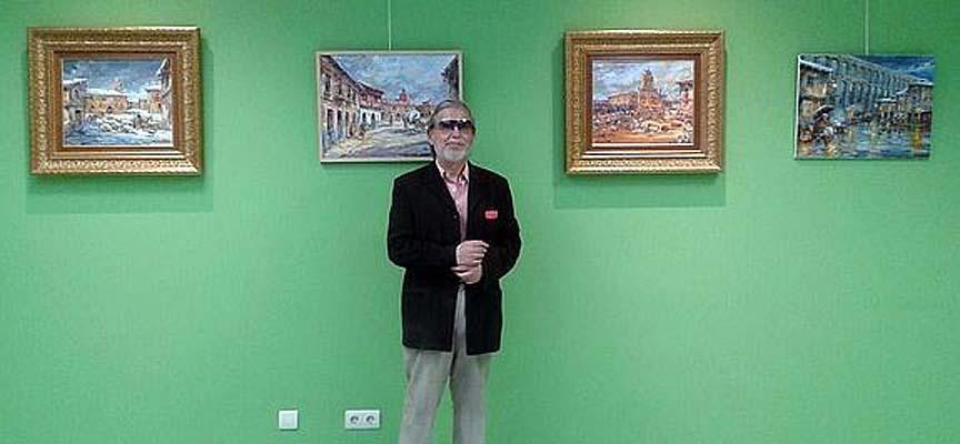 Lope Tablada junto a algunas de las obras que pueden verse en la exposición.