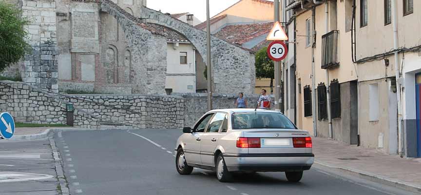 Una de las señales de límite de velocidad instaladas en la plaza de La Cruz.