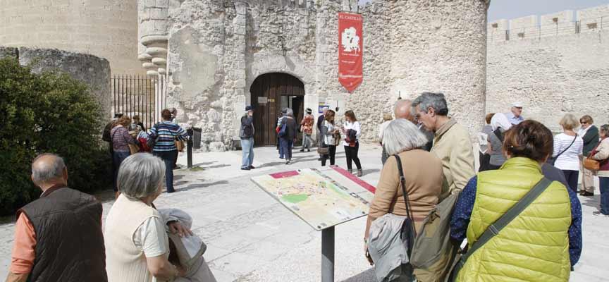 Visitantes en el acceso al Castillo de Cuéllar.