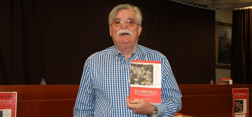 Manuel Álvarez junto al libro que ha publicado sobre El Carracillo.