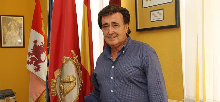 El alcalde de Cuéllar, Jesús García, junto a la bandera del municipio.