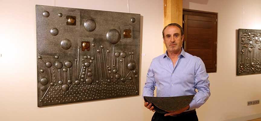 Juan Francisco Pro junto a algunas de sus obras