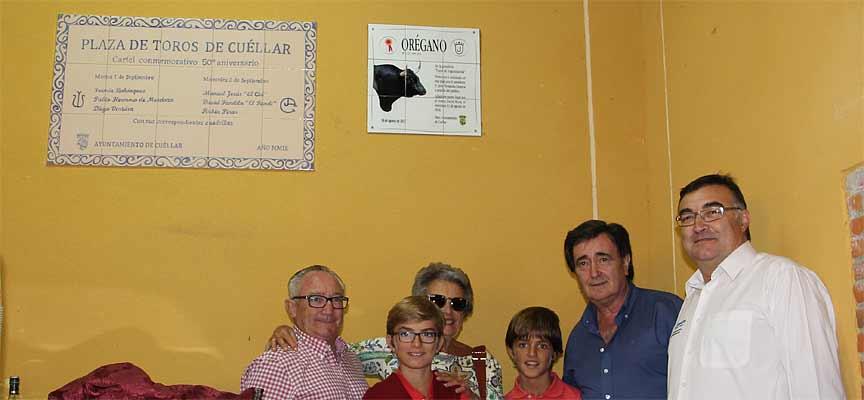 Los responsables municipales junto a Maria Domeq y sus nietos y Javier Fernández junto a la placa.
