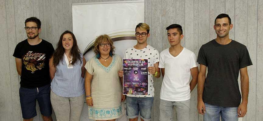 La concejal de Cultura posa junto a varios de los jóvenes organizadores con el cartel del Encuentro de DJ's.