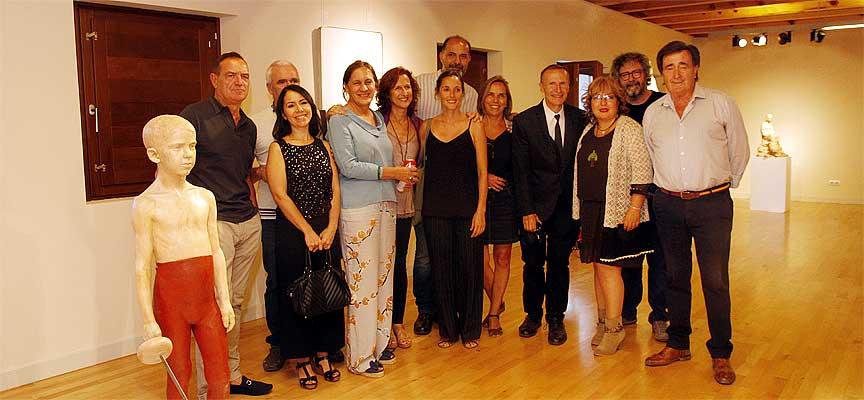 Los autores de la exposición posan en Las Tenerías junto al alcalde y la concejal de Cultura.