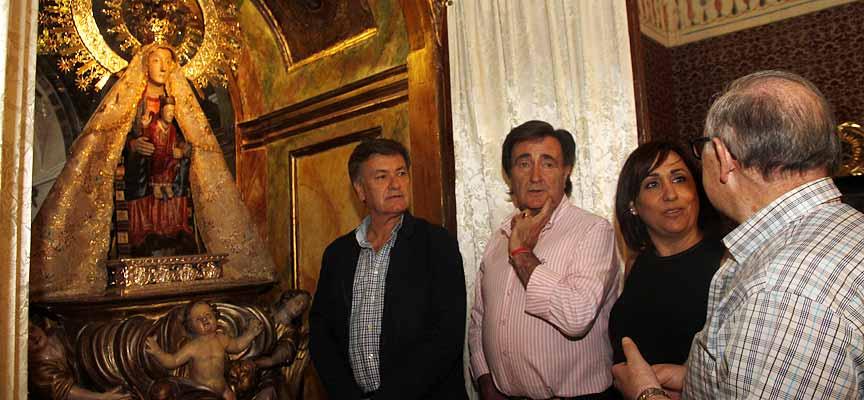 Francisco Vázquez (izq), Jesús García, Nuria Fernández y Fermín Bocos (derecha) visitan la imagen de la virgen de El Henar.