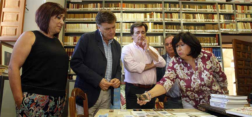 La bibliotecaria muestra algunos de los documentos que se guardan en el santuario.
