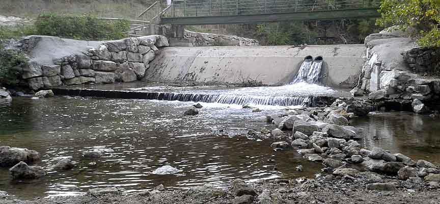 Toma de agua en el rio Cega.
