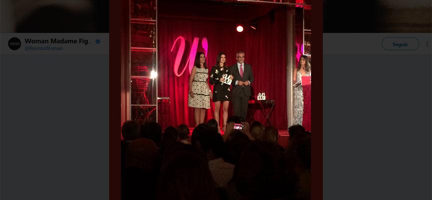 Imagen tomada del twitter de Woman del Momento en que Minguela recoge el premio.