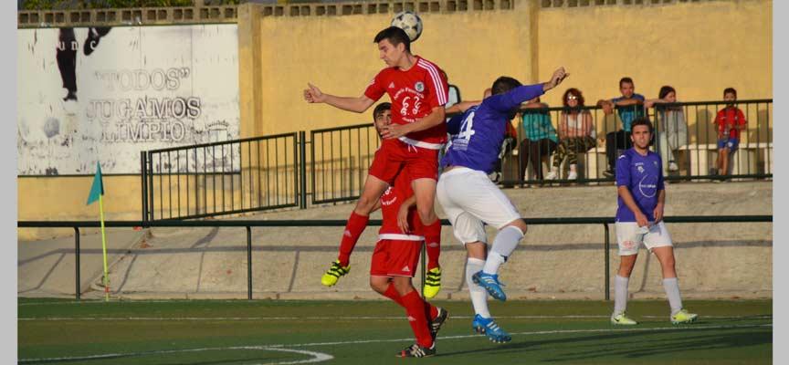 Pablo Montero trata de cabecear el balón ante la oposición del local Rodrigo.