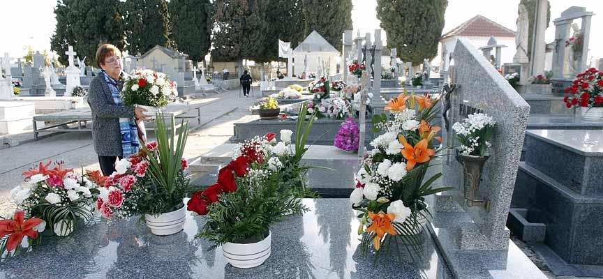 Familiares y amigos llenan de flores las tumbas de sus seres queridos.