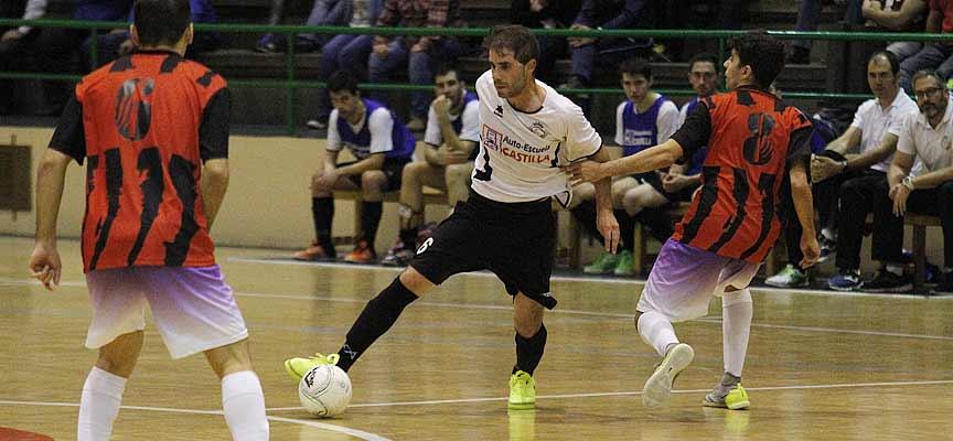 """Daniel Ramos """"Valco"""" dribla a un jugador del Coyanza."""