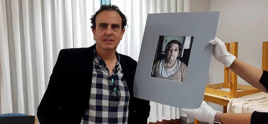 Enrique Madroño junto al retrato premiado.
