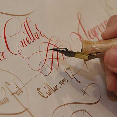 El Archivo Ducal muestra a los estudiantes la caligrafía de los siglos XII y XIII