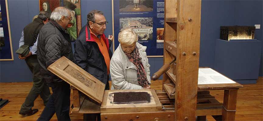 Visitantes observan una imprenta durante la clausura de la exposición.