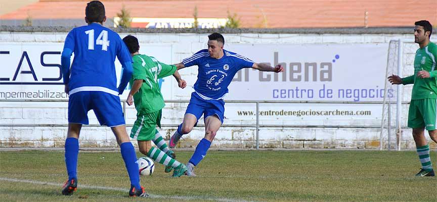 Ivi roba el balón a un rival en el partido ante el Prádena