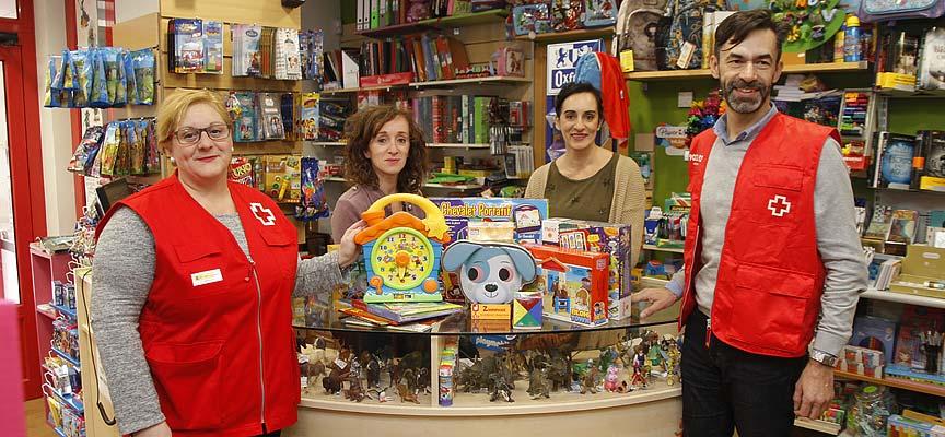 Responsables de Cruz Roja Segovia y de El País de Jauja durante la entrega de regalos.