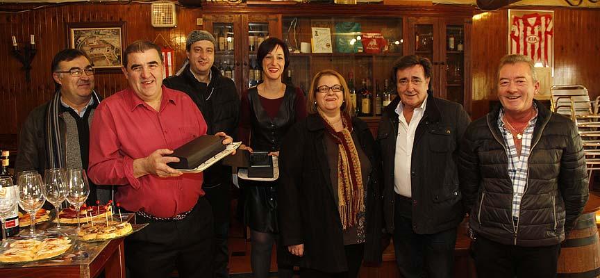 Ganadores del concurso de tapas junto a responsables de la asociación de vecinos y del Ayuntamiento.