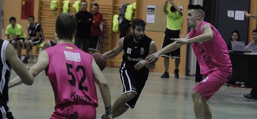 Partido entre el Club Baloncesto Cuéllar y el Cuéllar Basket Team. | Foto: Gabriel Gómez |