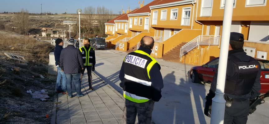 Agentes de la Policía Nacional durante el registro de las viviendas okupadas en Fuente La Bola, en Cuéllar.
