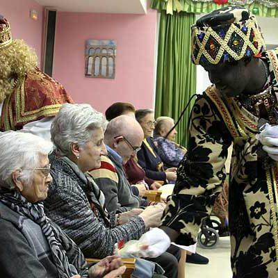 Los Reyes Magos abren su visita a la villa recorriendo los centros de mayores y de Fundación Personas