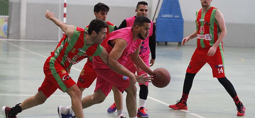 Imagen del encuentro entre el Cuéllar Basket Team y el CD Base en Cuéllar.   Foto: Gabriel Gómez  