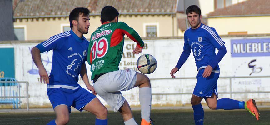 Ricar trata de cortar el avance de un jugador rival. | Foto: Daniel Martín |