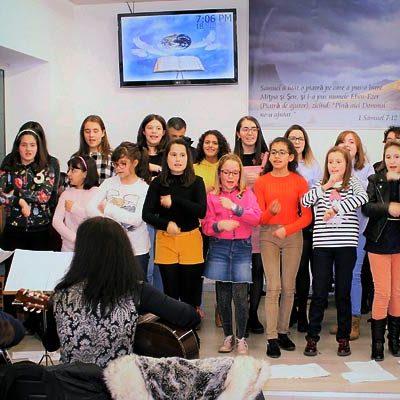 El coro parroquial participó en la celebración de la iglesia Pentecostala Rumana de Cuéllar