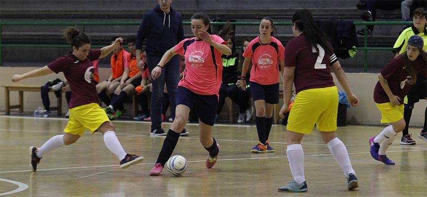Sheila, del FS Autoescuela EP&EH, protege el balón ante una rival del Viana Café Estadio. | Foto: Gabriel Gómez |