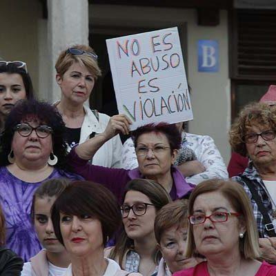 Dos centenares de personas se concentran en Cuéllar contra la sentencia de La Manada