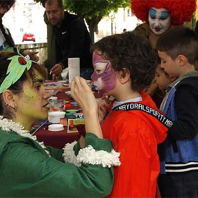 La lluvia desluce los primeros compases de la Feria de la Juventud