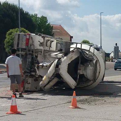 Un herido leve en el vuelco de un camión de hormigón en la rotonda de la carretera de Cantalejo