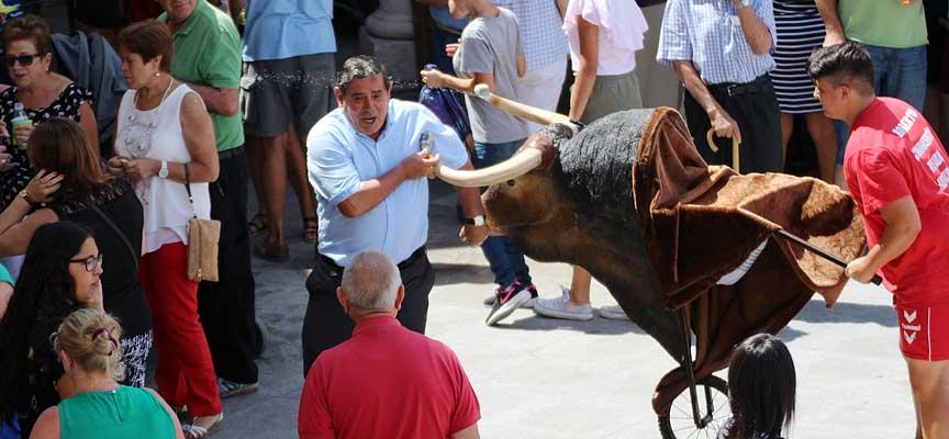 Juego-con-toros-de-carretilla-en-las-fiestas-de-Sanchonuño-2017