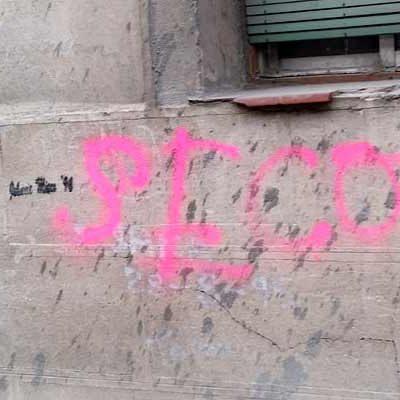 La Policía Local detiene a un menor por las pintadas en fachadas y vehículos de la calle Segovia