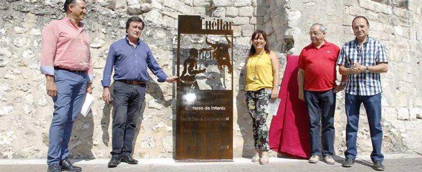 Un tótem en la plaza de Los Coches recuerda a vecinos y visitantes que los encierros de Cuéllar son de `Interés Turístico Internacional´
