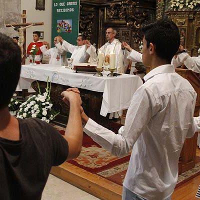 Emoción y dulzainas en la despedida del párroco Emilio Calvo