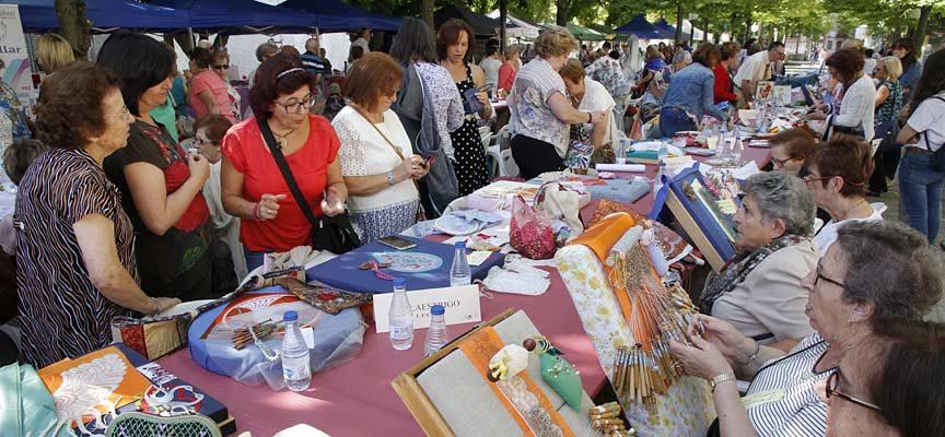 Doscientas encajeras se darán cita el sábado en la V Feria Entre Costuras y Tradición