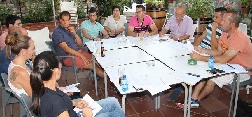 Parte de los integrantes del jurado del Trofeo durante el análisis.